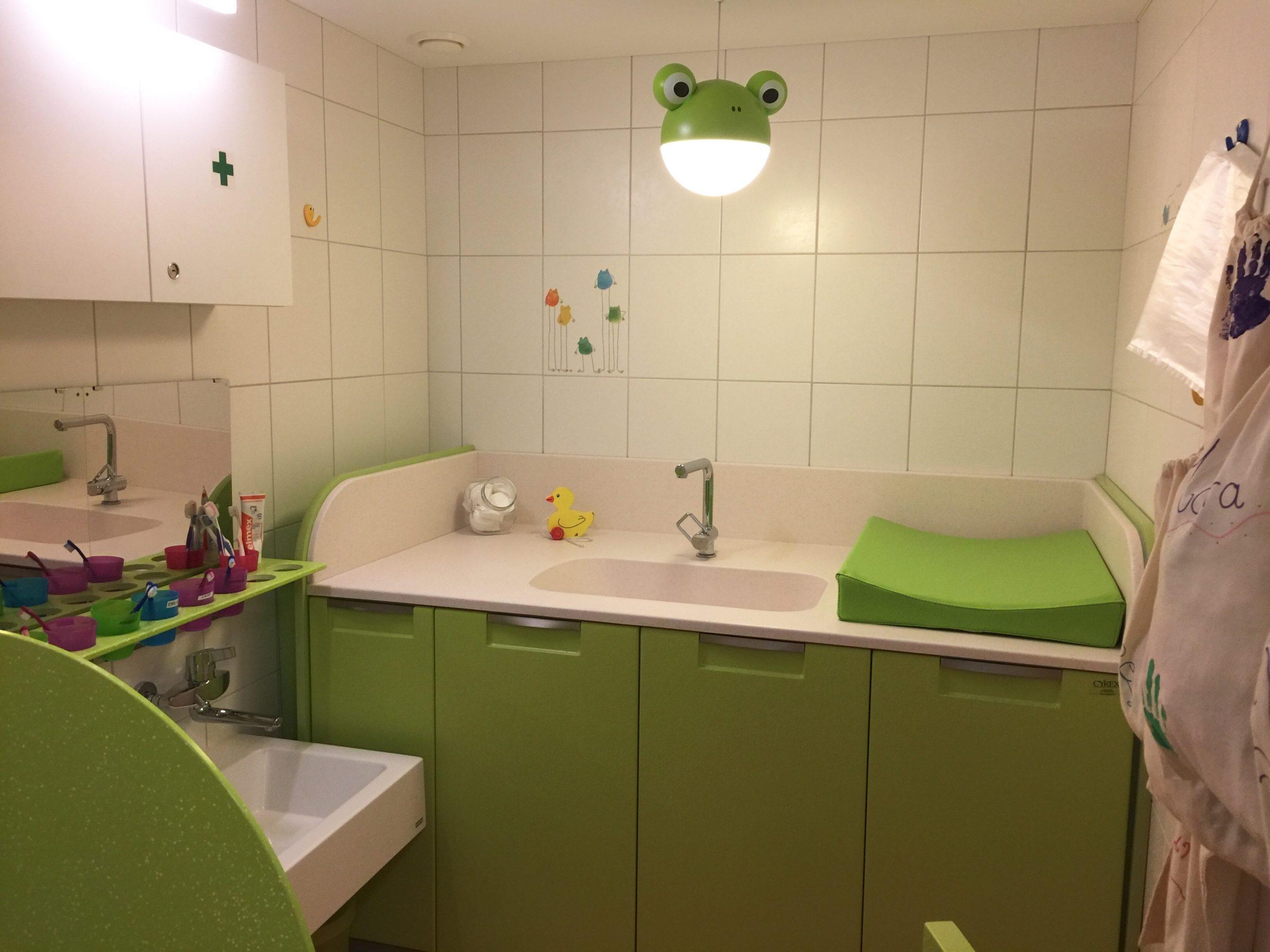 Salle de bain des enfants avec plan à langer
